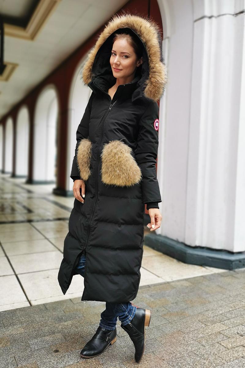 Удлиненный женский пуховик с мехом бренда Miss FoFo