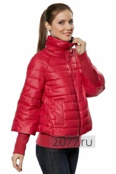 красная женская куртка